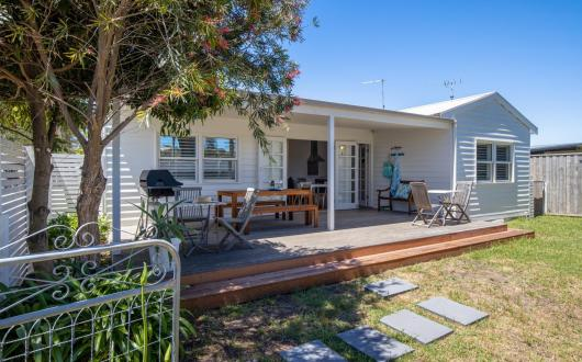 Sorrento Beach Cottages #2: walk to village + linen included